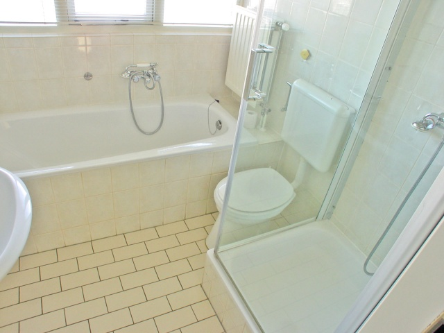 Welcome accommodations zwin 134 breskens verhuurcentrum breskens en - Badkamer met italiaanse douche en bad ...